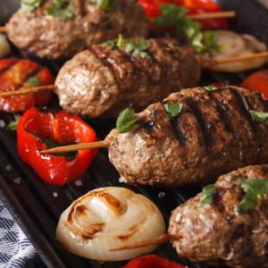 Fitness Essen bestellen - Adana Kebap in Minz-Joghurt mit bunten, gebratenen Paprika