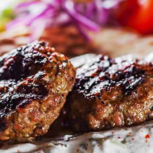 fitmeals - Bifteki mit Schafskäse und tomatisierten Gemüse und frischen Kräutern
