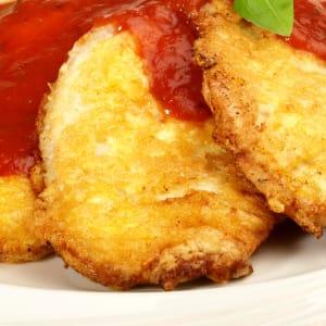 meal prep bestellen - Piccata Milanese vom Hähnchenfilet mit Tomaten-Sauce und Zucchini-Soufflé