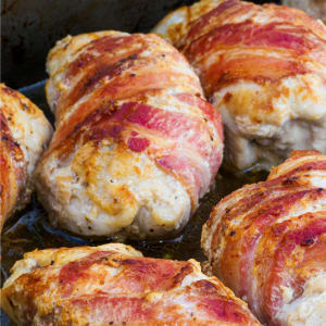 meal prep bestellen - Gefüllte Hähnchenbrust in Bacon , fruchtige Tomatensauce, Zucchini-Puffer