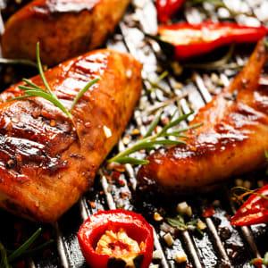 meal prep bestellen - Hähnchenbrust in Honig-Soja Marinade und Blumenkohl Taboulé