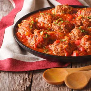 meal prep bestellen - Albondigas in Tomaten-Salsa und Gemüsequiche