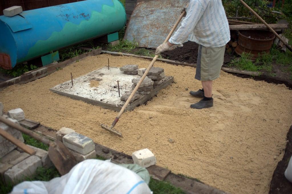 разравниваем песок под плитку
