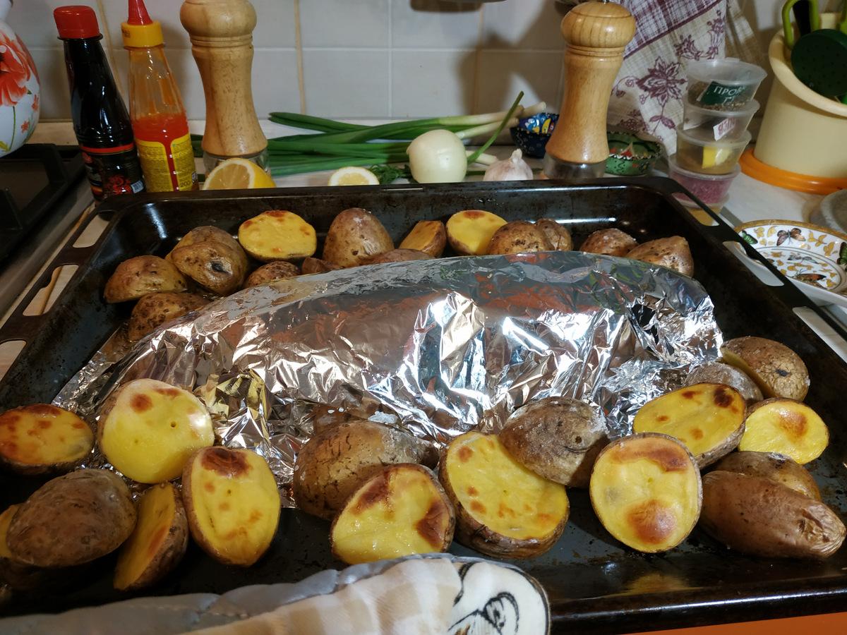 противень с запеченным карпом и картофелем