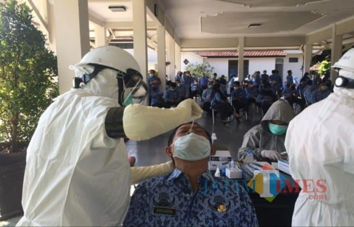 Oops, Hari Pertama Masuk Kerja Ratusan ASN Kabupaten Kediri di Swab, Ini Hasilnya