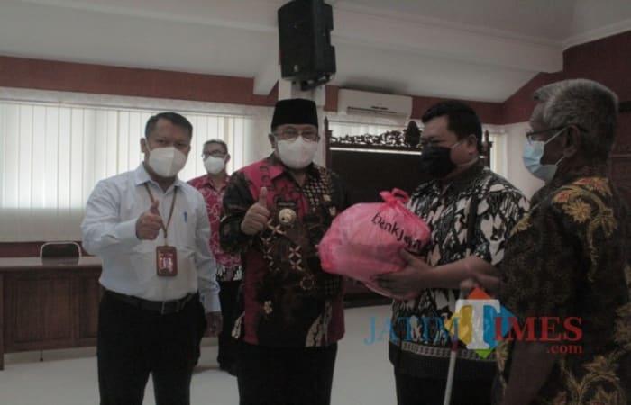 Ternyata Wali Kota Blitar Serahkan Bantuan Sembako CSR Bank Jatim untuk Pertuni dan PKL