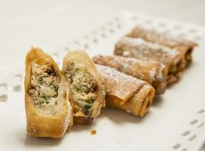 פסטייה מרוקאית  מטוגנת בזיגוג אבקת סוכר
