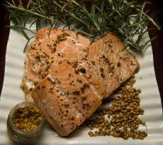 דג סלמון בתנור ברוטב של חרדל, סויה, סילאן וגרעני כוסברה