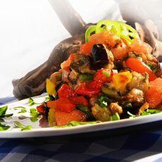 סלט ירקות קלויים קצוץ עם בזיליקום