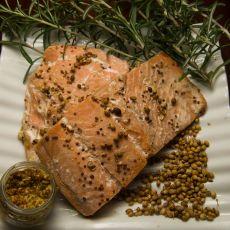 דג סלמון בתנור ברוטב של חרדל, סויה, סילאן וזרעי כוסברה