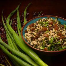 מג'דרה של עדשים שחורות, בורגול ועשבי תיבול בחומץ בלסמי