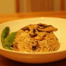 עוף מוקפץ עם תערובת פטריות אקזוטיות , מעורבבים עם אורז.