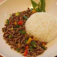 """בשר בקר טחון מוקפץ בנוסח תאילנדי, """"פאד קפאו"""", בתוספת אורז לבן מאודה."""
