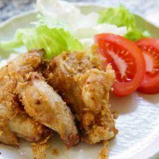 """כנפי עוף מטוגנות, """"קאראגה"""" , מגיע עם רוטב אסייתי, בתוספת אורז לבן מאודה."""