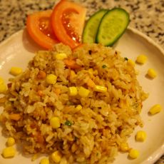 אורז מוקפץ עם סלמון טרי.