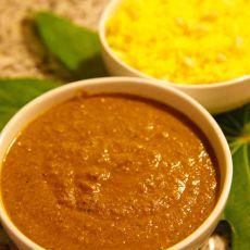תבשיל קארי עם טופו בהכנה ביתית וחלב קוקוס בתוספת אורז מאודה לבן/צהוב.