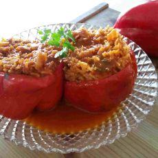 פלפלים ממולאים באורז ובשר  ברוטב עגבניות (אפשרות למנה צמחונית)