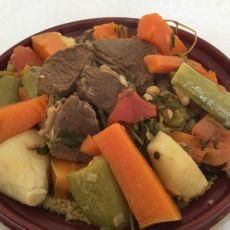 ארוחת קוסקוס ומרק ירקות עשיר עם בשר