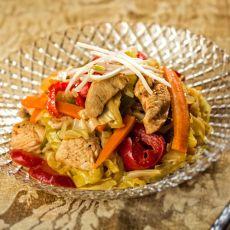 רצועות חזה עוף עם ירקות ונודלס