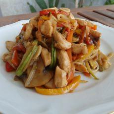 מוקפץ נודלס עם ירקות וחזה עוף - ניתן להזמין צמחוני או טבעוני!