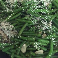 שעועית ירוקה מוקפצת עם נגיעות שומשום