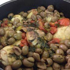 קדרת עוף עם זיתים ירוקים ועגבניות  עם תוספת אורז