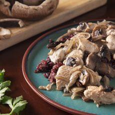 נתחוני חזה עוף מוקפץ עם פטריות ובצל, בשום ויין לבן מצומצם