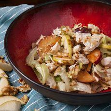סלט חזה עוף צרוב ועלי חסה עם פרי עונתי בויניגרט