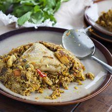 מקלובה עשירה בירקות עם קוביות בשר וכרעי עוף
