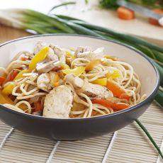 נתחי חזה עוף מוקפצים עם מגוון ירקות ונודלס
