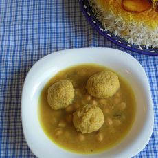 """""""גונדי"""" -כופתאות חומוס קלוי וטופו במרק ירקות.  בתוספת אורז לבן """"אחד אחד"""""""