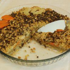"""""""סינייה טבעונית""""- שכבות של עדשים, כרובית וגזר, על מצע של פירה תפו""""א ובורגול, עם רוטב טחינה בצד."""