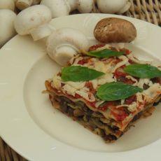 לזניה טבעונית של פטריות וטופו ברוטב עגבניות ורוטב בשאמל מאגוזי קשיו.