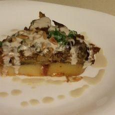 מוסאקה -שכבות תפוחי אדמה, חצילים, שעועית מש, ברוטב עגבניות בתנור.