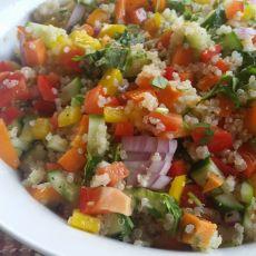 סלט קינואה עם ירקות בשלל צבעים