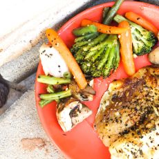 פילה מושט בתנור עם ירקות.