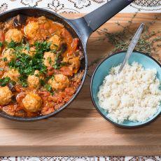 קציצות עוף ברוטב של עגבניות וחציל קלוי לצד אורז לבן
