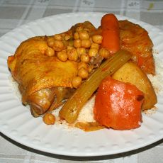 קוסקוס טוניסאי הכולל מרק עוף עם חומוס