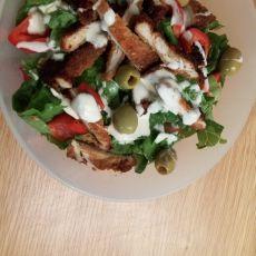 סלט ירקות עם חזה עוף ברוטב וינגרט.