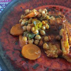 דגים ברוטב חריף עם ירקות שורש וחומוס.