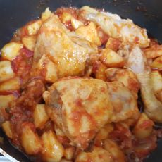 תבשיל עוף ביתי עם תפוחי אדמה