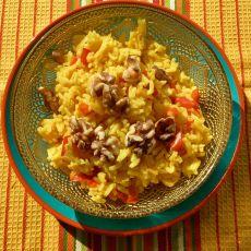 אורז צהוב עם פלפלים אדומים בתוספת אגוזי מלך קלויים/חומוס