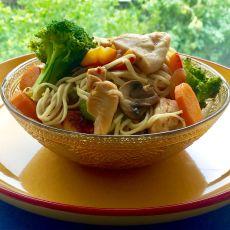 מוקפץ חזה עוף, ירקות ונודלס