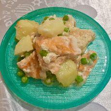 נתחי דג סלמון עם תפוחי אדמה ואפונה  אפויים ברוטב שמנת