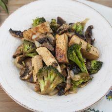 טופו מוקפץ עם ברוקולי ופטריות