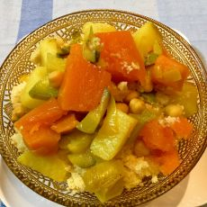 קוסקוס תוצרת בית עם מרק בשר וירקות / צמחוני