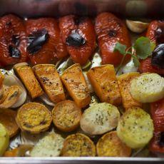 ירקות בקארי אפויים בתנור - בטטה, תפוח אדמה, בצל ופלפלים בתערובת תבלינים ביתית