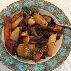 תפוחי אדמה ובטטות צלויים בתנור עם בצלצלים מזוגגים בערמונים