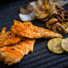 חזה עוף במרינדה צרוב על הפלנצ'ה עם ירקות