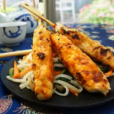יקיטורי עוף אסייתי עם סלט אטריות אורז